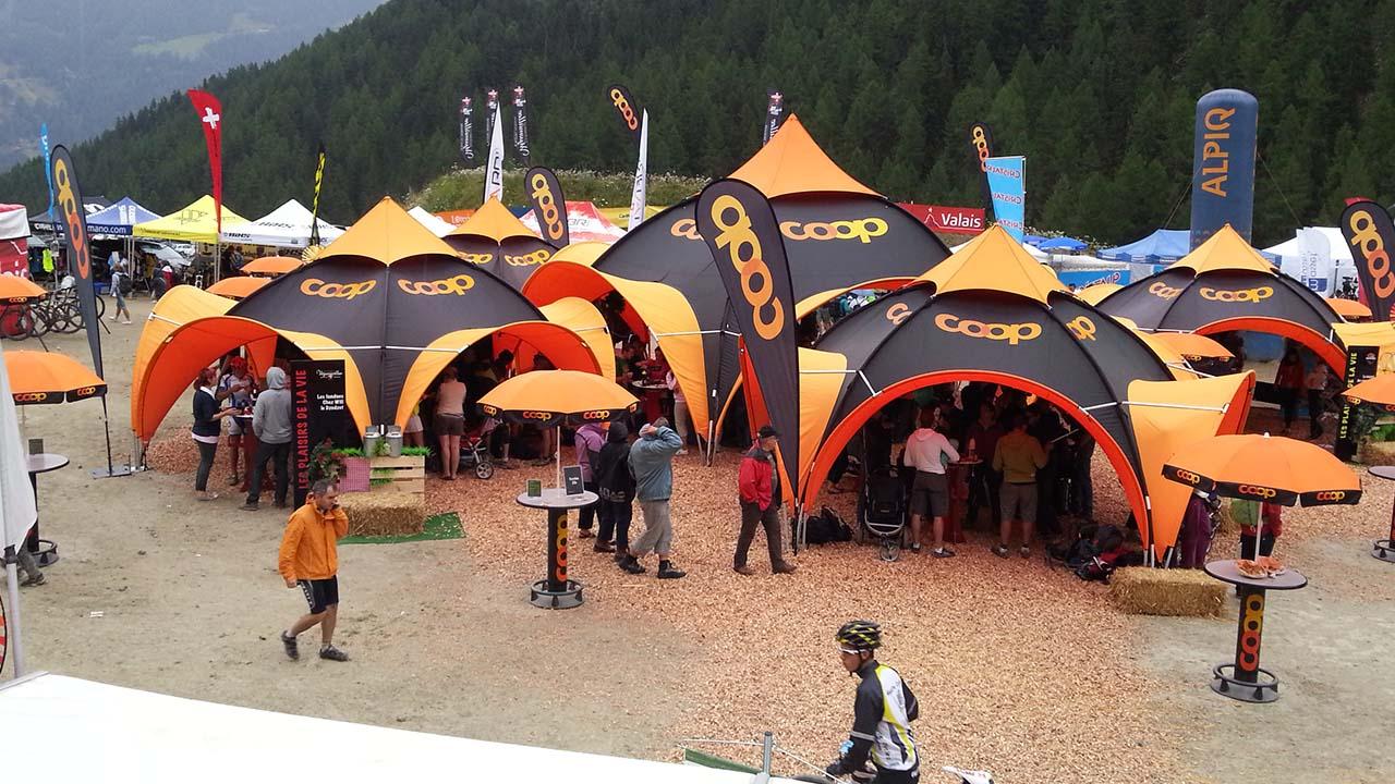 montage de tentes publicitaires pour le Grand Raid en Valais