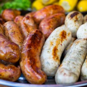 suggestion de présentation pour vos grillades de saucisses